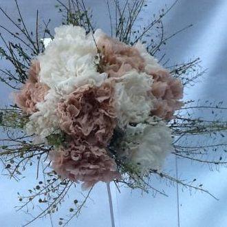 bouquet-cravos-nude-e-champagne-naturais-preservados-buque-cor-unica