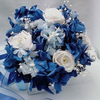 bouquet-hortensia-azul-forte-e-azul-clara-rosas-brancas-naturais-preservadas-buqueblue