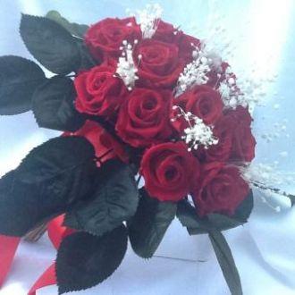 bouquet-mini-callas-verdes-e-cravos-com-hortensia-azul-clara-preservada-cor-unica