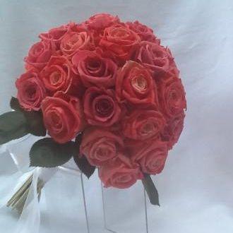 bouquet-rosas-bicolor-e-rosas-cor-de-rosa-escura-natural-preservadas-cor-unica