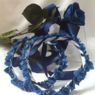 rosa-azul-preservada-solitaria-com-guirlandas-das-daminhas-em-azul-buqueblue