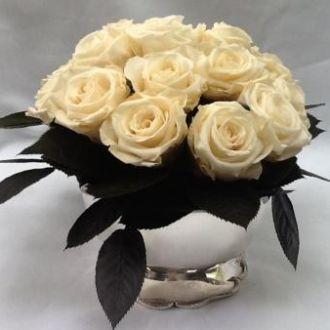 arranjinho-rosas-brancas-e-folhas-naturais-preservadas-whitebranco
