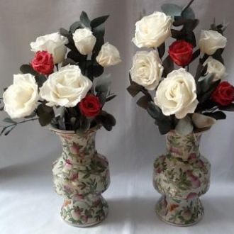 arranjo-de-rosas-e-folhas-de-eucalipto-naturais-preservadoswhitebranco