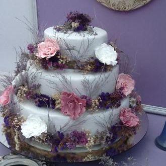 bolo-com-flores-preservadas-e-desidratadas-cor-unica
