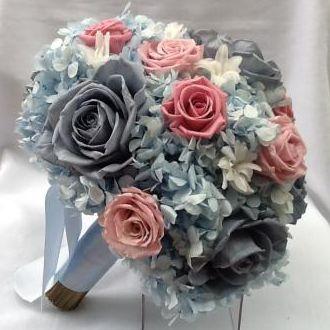 bouquet-azul-claro-e-rosas-cor-de-rosa-buque-cor-unica