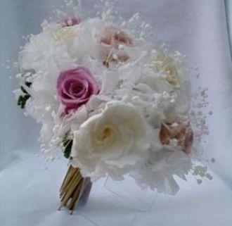 bouquet-branco-com-toques-de-tons-de-cor-de-rosa-natural-preservado-buquewhitebranco