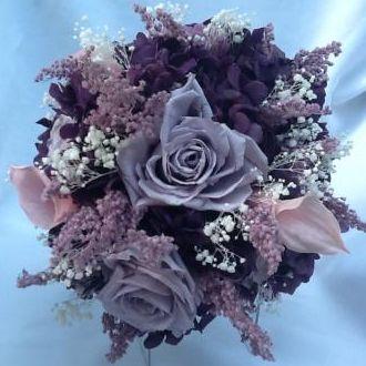 bouquet-buque-hortensia-roxa-callas-rosa-cravos-lilas-e-rosas-lilas-claro-naturais-preservadaspurple