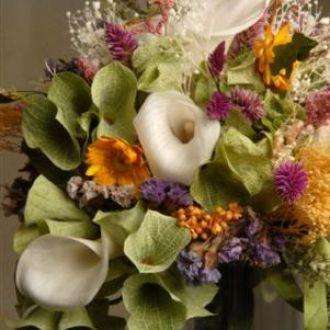 bouquet-callas-e-flores-campestres-naturais-preservadas-cor-unica
