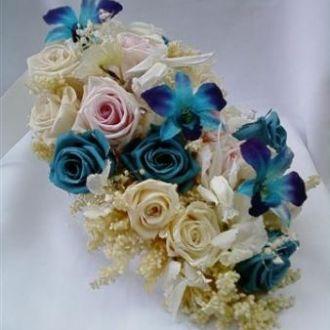 bouquet-cascata-rosas-e-orquideas-turquesa-buque-cor-unica