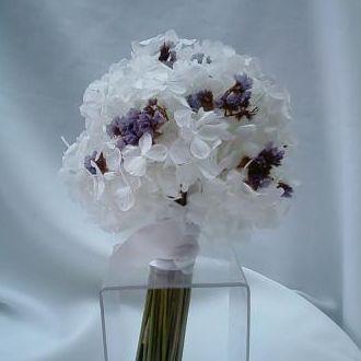 bouquet-daminha-flores-naturais-preservadas-branco-e-lilas-buque-cor-unica