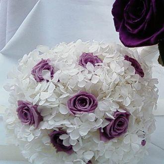 bouquet-daminha-hortensia-branca-e-rosas-lilas-naturais-preservadas-buquelavander