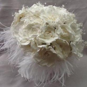 bouquet-de-gardenias-brancas-preservadas-e-plumas-buquewhitebranco