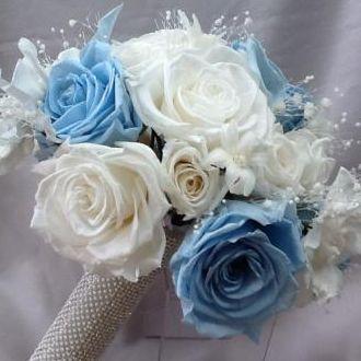 bouquet-de-rosas-brancas-e-azuis-e-mini-callas-azuis-naturais-preservadas-buque-cor-unica