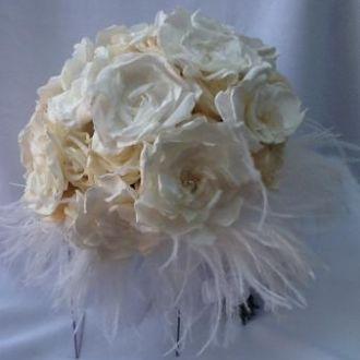 bouquet-de-rosas-e-gardenias-preservadas-com-plumaswhitebranco