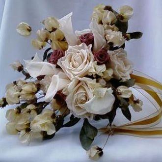 bouquet-desconstruido-de-folhagens-e-flores-naturais-preservadas-desestruturado-cor-unica