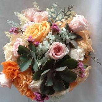 bouquet-desconstruido-de-rosas-cravos-hortensias-solidago-e-folhagem-natural-preservada-buque-cor-unica