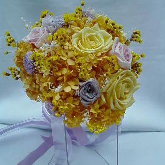 bouquet-hortensia-amarela-e-rosas-cor-de-rosa-e-lilas-naturais-preservadas-buquegolden-yellow