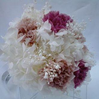 bouquet-hortensia-branca-e-cravos-nude-e-rose-naturais-preservados-buquecherry-blossom