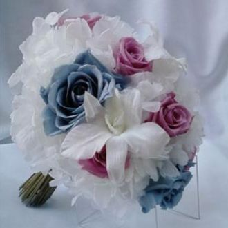 bouquet-hortensia-branca-rosas-azuis-e-cor-de-rosa-preservadas-buqueicey-blue