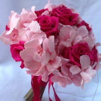 bouquet-hortensia-rosa-clara-e-rosas-fucsia-naturais-preservadas-cor-unica