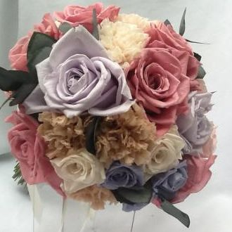 bouquet-rosas-antigo-lilas-claro-e-cravos-naturais-preservados-buque-cor-unica