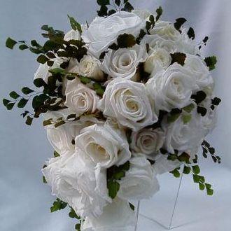 bouquet-rosas-brancas-e-avencas-naturais-preservadas-buquewhitebranco