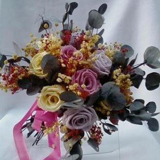 bouquet-rosas-lilas-off-white-e-rosa-seco-com-eucalipto-gris-e-mosquitinho-off-white-preservados-buque-cor-unica