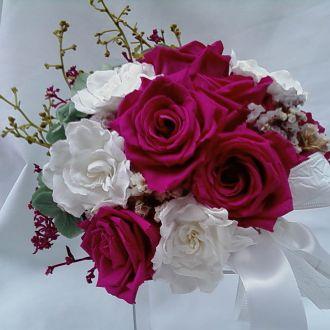 bouquet-rosas-magenta-e-gardenias-brancas-naturais-preservadas-buque-cor-unica