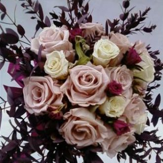 bouquet-rosas-nude-brancas-e-cramberry-preservadas-buque-cor-unica