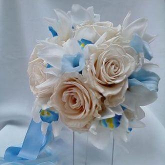 bouquet-rosas-porcelana-orquideas-cymbidium-e-mini-callas-azuis-naturais-preservadas-buquelight-blue
