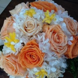 bouquet-rosas-salmao-nardos-hortensia-branca-buqueorange