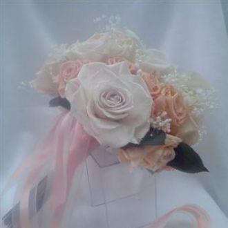 bouquet-tons-de-salmao-rosas-e-mini-callas-preservadas-buqueorange