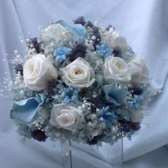 buque-de-noiva-de-flores-preservadas-com-hortensias-rosas-mini-callas-e-estaticeslight-blue
