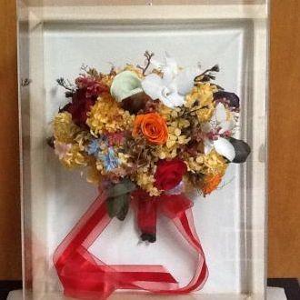buque-flores-preservadas-no-quadro-cor-unica