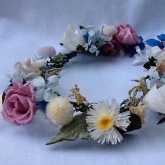 guirlanda-colorida-de-flores-naturais-preservadas-coroa-cor-unica