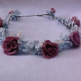 guirlanda-hortensias-azuis-claras-e-rosinhas-lilas-naturais-preservadas-coroa-cor-unica