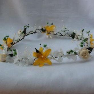 guirlanda-nardos-amarelos-e-rosinhas-brancas-de-flores-naturais-preservadas-coroa-cor-unica