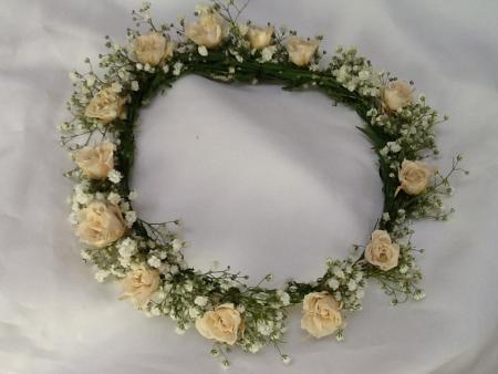 tiara-coroa-guirlanda-rosinhas-brancas-naturais-preservadas-e-mosquitinhos-frescoswhitebranco
