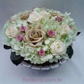 arranjo-de-hortensias-e-rosas-preservadas-em-peca-de-cristal+cold-green