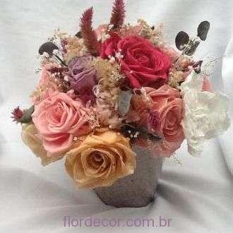 arranjo-de-rosas-cravos-e-gardenias+-cor-unica