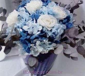 arranjo-hortensia-azul-e-rosas-naturais-preservadas+blue