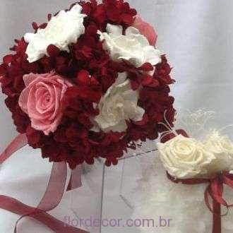 bouquet-hortensia-vinho-rosas-e-gardenias-preservadas-buque+burgundy