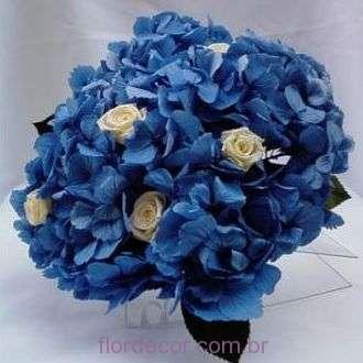bouquet+hortensia+azul+e+rosas+pequenas+brancas+preservadas+blue