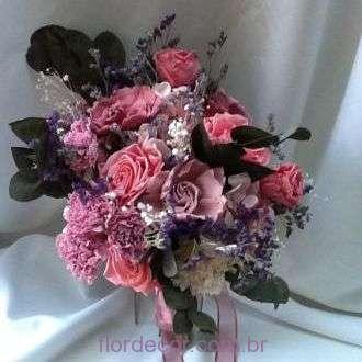 buque-rosas-preservadas-gardenias-cravos-e-folhagens-bouquet+-cor-unica