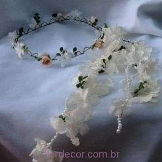 guirlanda-branca-com-rosinhas-nude-flores-naturais-preservadas-coroa+-cor-unica