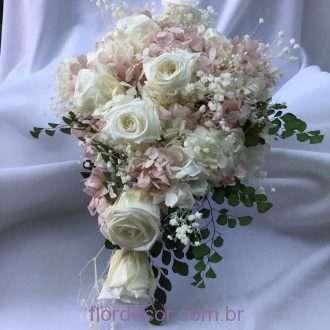 buquê de hortênsias nude e brancas e rosas naturais preservadas